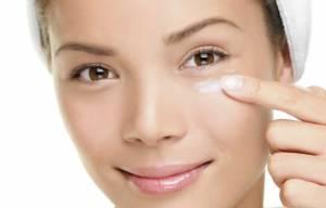 aplicando-primer-nos-olhos-antes-de-fazer-a-maquiagem